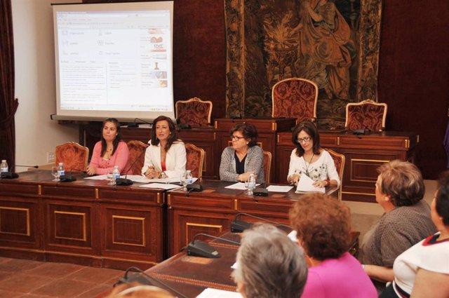 Trinidad Moreno (2ª izda.) interviene en la presentación a las asociaciones