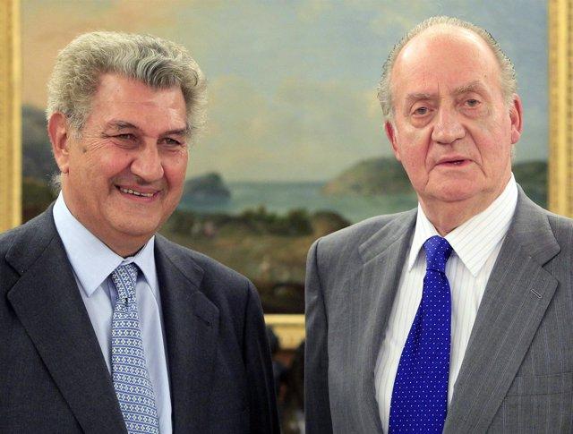 El Rey Juan Carlos Posa Con Jesús Posada