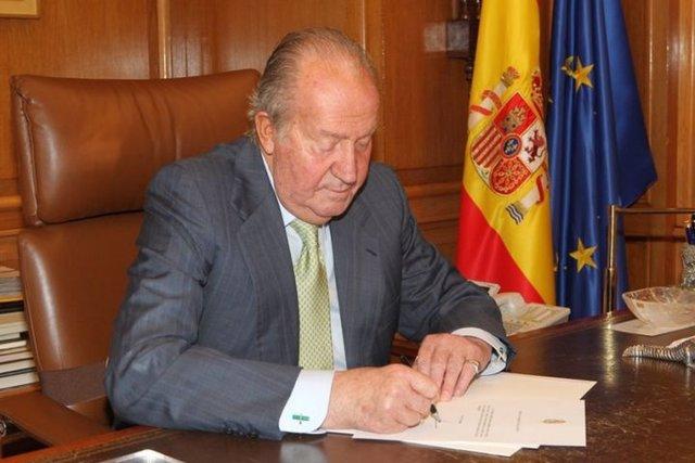 El Rey Juan Carlos abdica