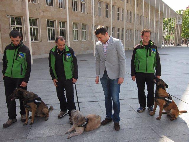 Muro y miembros de la Unidad Canina de Rescate