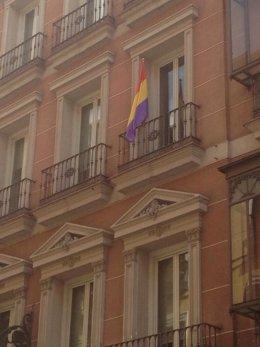 Imagen del balcón de IU en el Ayuntamiento con la bandera republicana