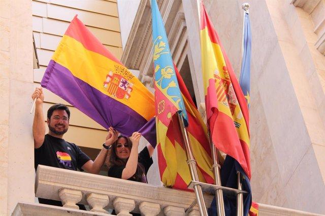 Diputados de EUPV cuelgan uan bandera republica en Corts