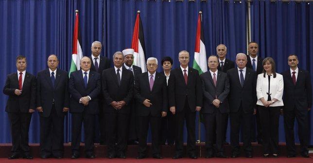 Mahmud Abbas junto al gobierno de unidad nacional palestino