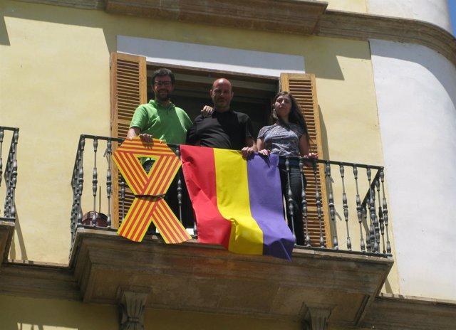 MÉS per Palma cuelga una bandera en el balcón