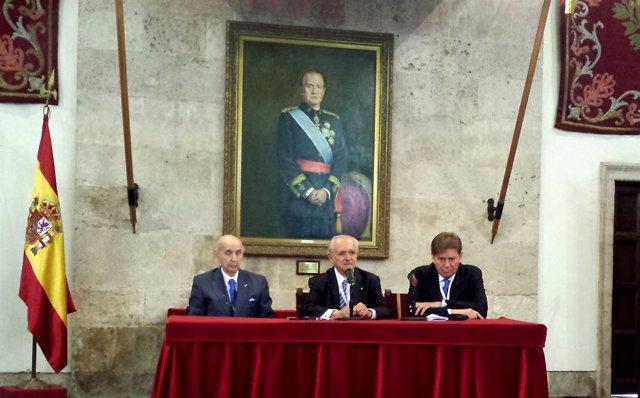 Santiago Grisolía (i) y Mario Molina (centro) en la rueda de prensa.