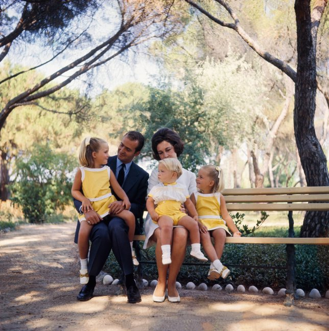 Juan Carlos I con sus tres hijos pequeños