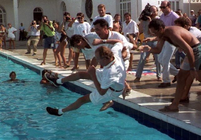 Juan Carlos I lanzado al agua durante la victoria