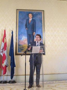 El alcalde de Salamanca delante de un cuadro de Juan Carlos.