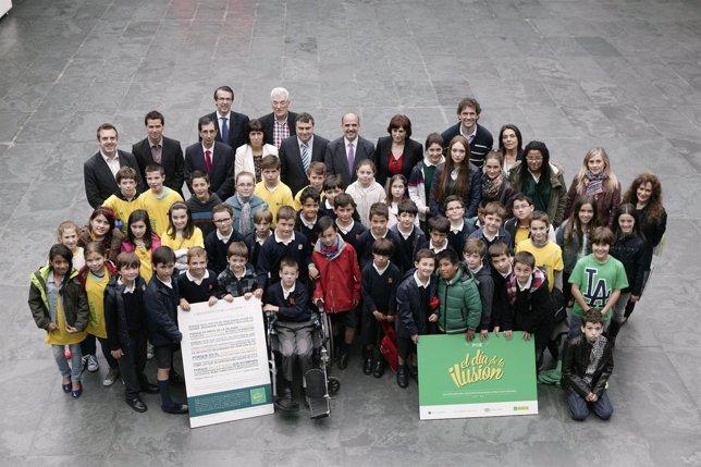 Catalán y los miembros de la Mesa junto a los estudiantes premiados