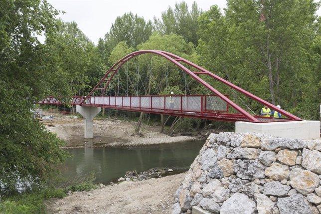 Nueva pasarela instalada en el parque fluvial a su paso por Barañáin