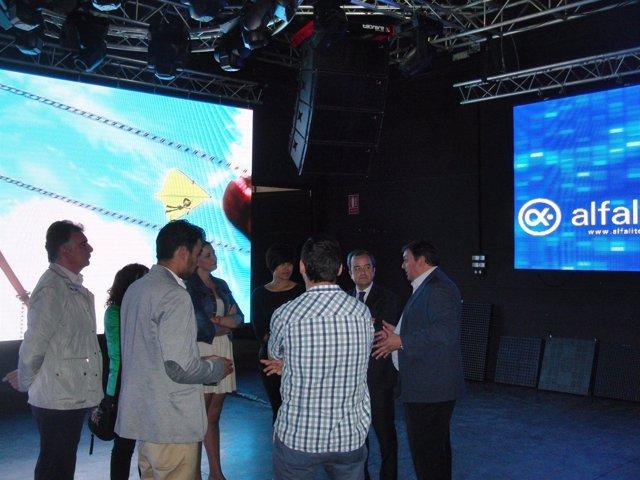 Eduardo Muñoz visita una empresa en Rociana del Condado, Huelva.