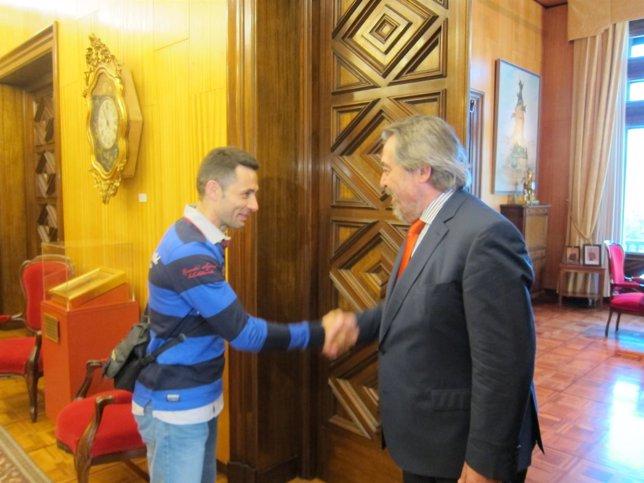 El alcalde Belloch reiber al corredor de escaleras verticales, David Robles