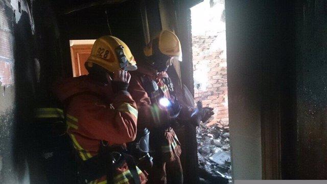Bomberos actúan en la casa incendiada