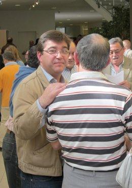 Juan José Zancada conversa con un militante socialista