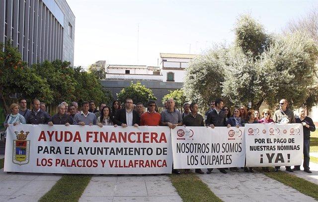 El alcalde de Los Palacios y su equipo de gobierno, concentrados en Diputación