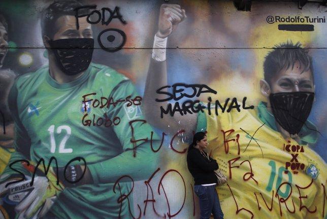 Mediante graffitis en la ciudad la población está protestando contra el Mundial