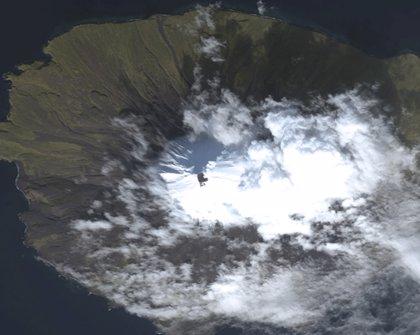 """Alerta """"roja"""" en Alaska por erupción del volcán Pavlof"""