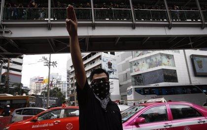 Tailandia podría prohibir un saludo de protesta inspirado en 'Los Juegos del Hambre'