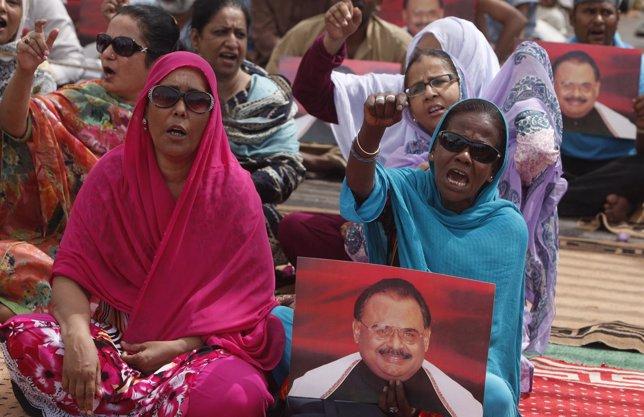Mujeres protestan por la liberación del líder del MQM, Altaf Hussain