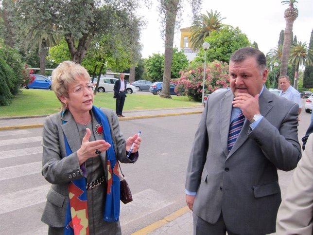 Elena Víboras junto al delegado de su Consejería en Córdoba