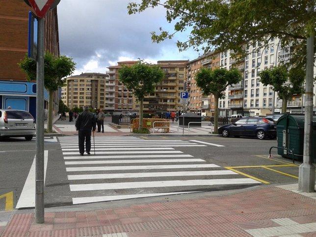 Nuevo paso de peatones en la calle Monasterio de la Oliva.