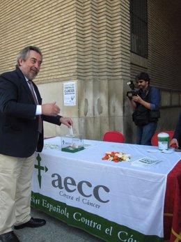 El alcalde de Zaragoza depositando su donativo