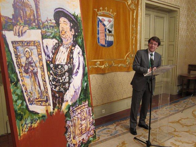 El alcalde de Salamanca mira el cartel de las fiestas de San Juan de Sahagún