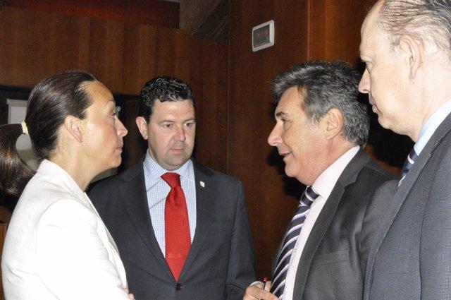 Ricardo Oliván, con el gerente del Salud, Ángel Sanz, y dos diputados del PP