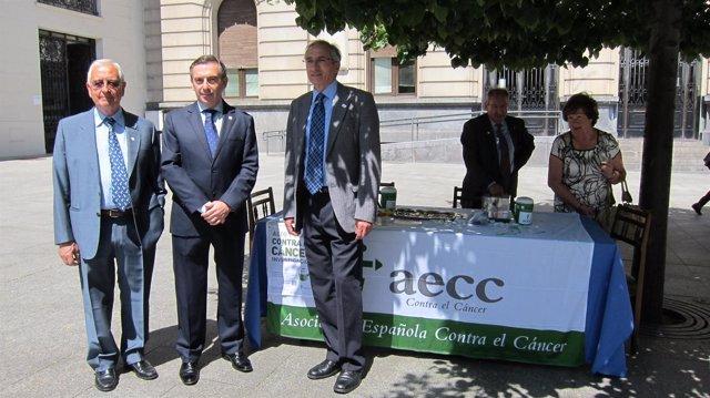 El presidente de la DPZ colabora en la jornada de cuestación de la AECC