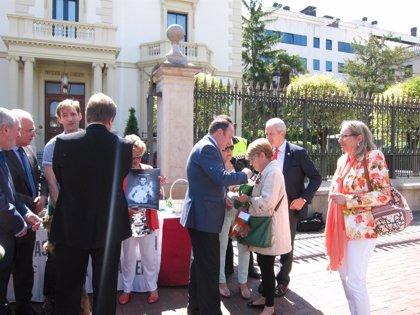 Sanz destaca el apoyo que la Asociación Española Contra el Cáncer presta a los enfermos y sus familias