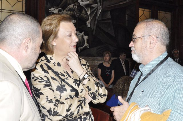 Luisa Fernanda Rudi cambia impresiones con cirujanos taurinos.