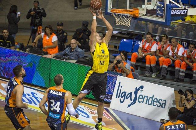 Luke Sikma en el Iberostar Tenerife-Valencia Basket