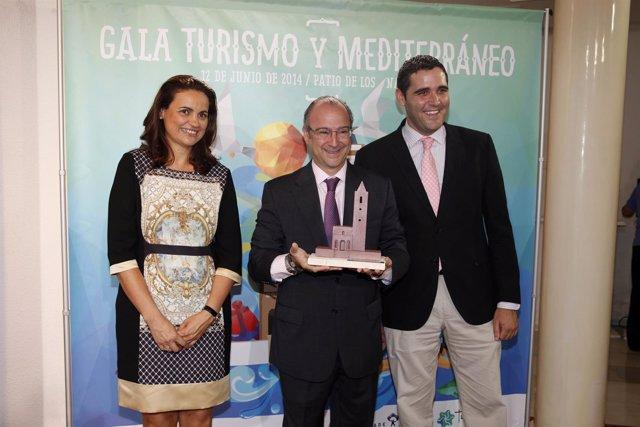 Rodríguez-Comendador muestra el galardón que se entregará en la Gala del Turismo
