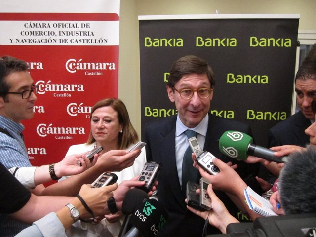 Goirigolzarri (Bankia) atiende a los periodistas en Castellón.