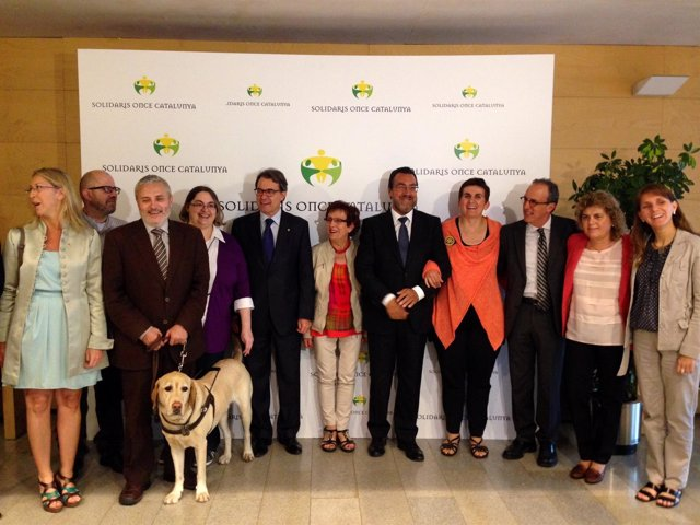 El presidente A.Mas con los galardonados con los VIII Premios Solidarios Once.
