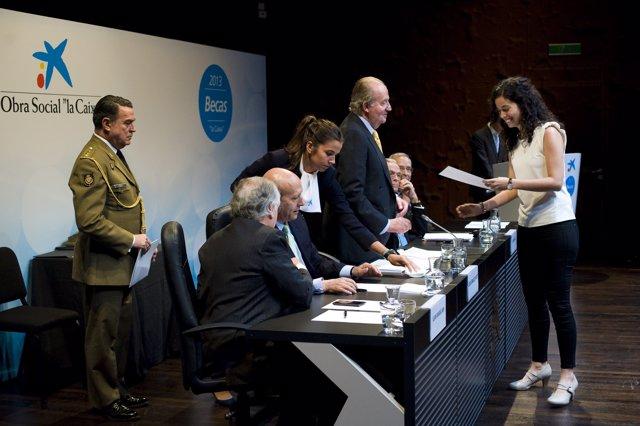 La becaria de 'laCaixa' Eva Elduque recibe la beca de manos del Rey Juan Carlos