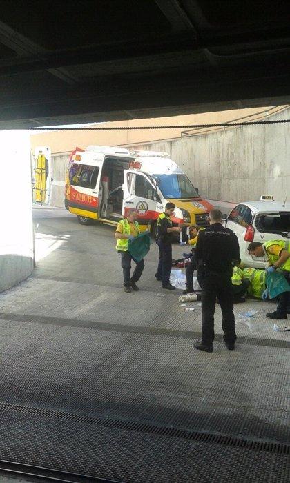 Herido muy grave un taxista al ser atropellado por su propio vehículo