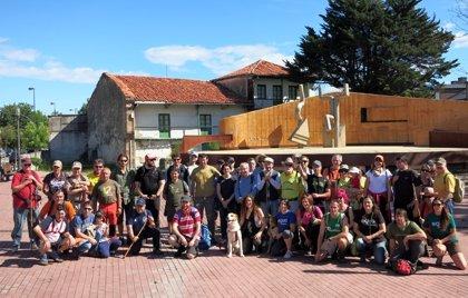 Torrelavega.- Medio centenar de personas participan en la excursión al Monte Dobra