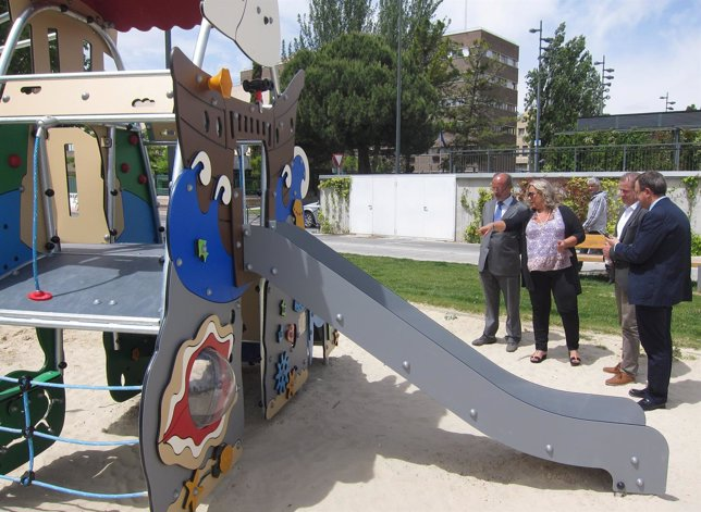 Representantes de la empresa Kompan muestran la plataforma de juegos al alcalde
