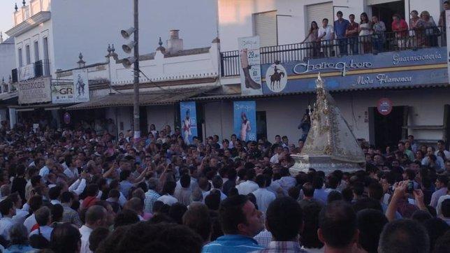 La Virgen del Rocío procesiona por las calles de Almonte.