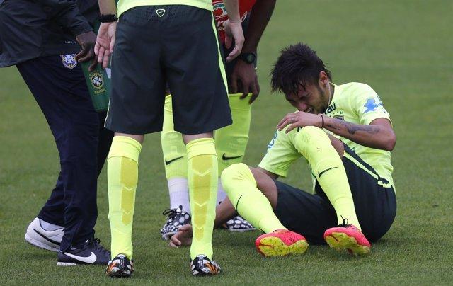Neymar da el susto en el entrenamiento de Brasil