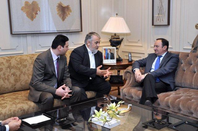 Sanz, en su reunión con el senador rumano