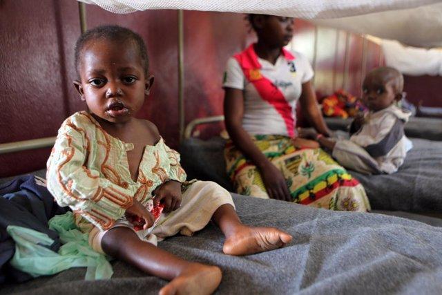 Un niño con comida terapéutica en un hospital de Bangui
