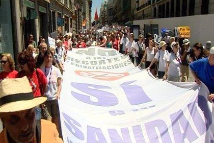 La 'Marea Blanca' de Madrid protesta contra el cese de los cuatro directores de centros de salud