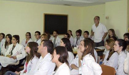 Casi cien alumnos de medicina realizan una prueba de evaluación ECOE en el Hospital Clínico