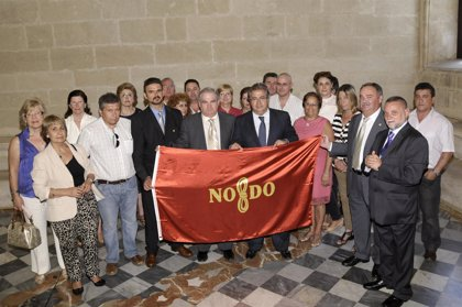 Zoido entrega la bandera de la ciudad a la Asociación de Donantes de Sangre, Tejidos y Órganos de Sevilla