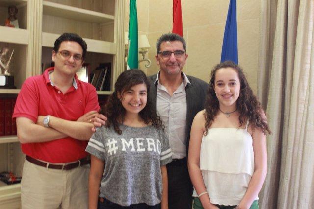 Gutiérrez Limones con las ganadoras del concurso Jóvenes Talentos de Coca-cola.