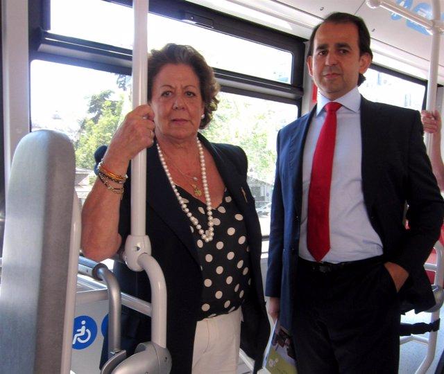 Rita Barberá en uno de los nuevos autobuses de EMT  con el edil Alberto Mendoza.