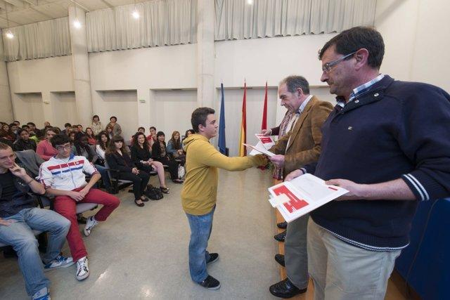 El director general de Educación entrega el diploma a uno de los alumnos