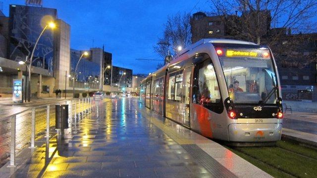 Tranvía a su paso por el barrio del Actur en Zaragoza